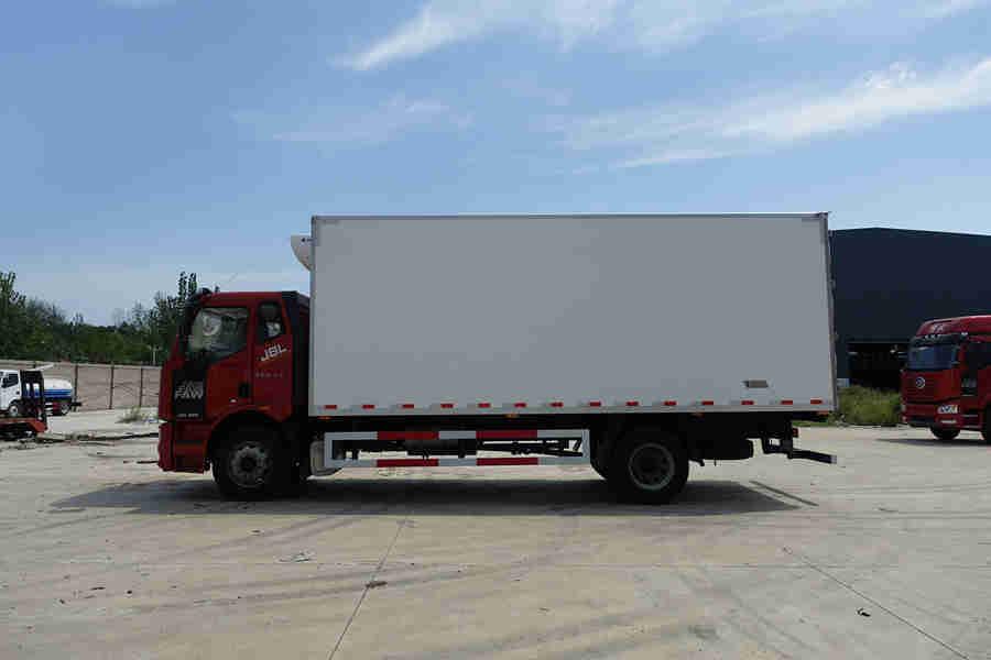 解放J6L240马力6.8米冷藏车