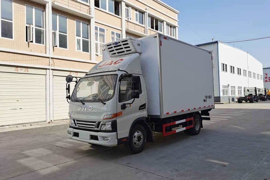 江淮骏铃V6国六4.2米冷藏车斜前
