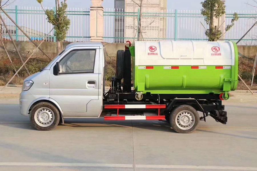 新疆东风小康3方国六勾臂垃圾车正侧