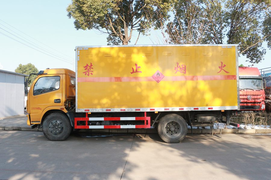 东风多利卡5.1米易燃液体厢式运输车正侧