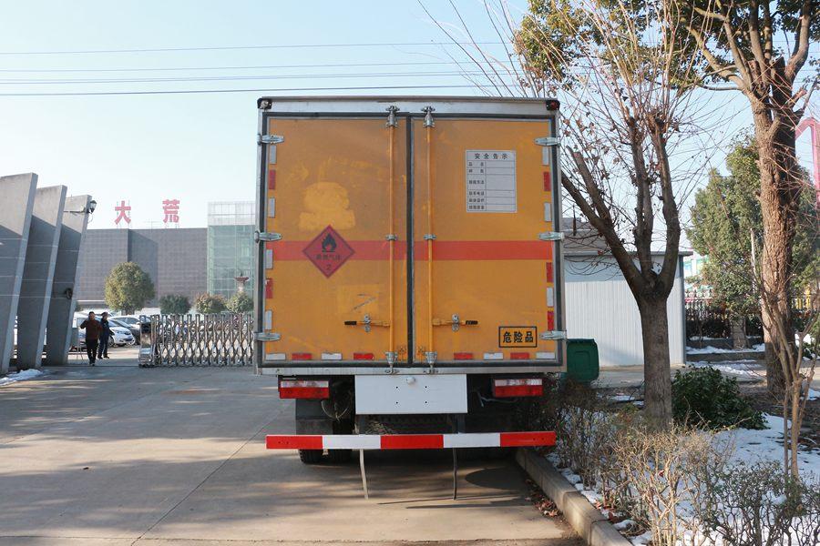 东风多利卡5.1米易燃液体厢式运输车正后