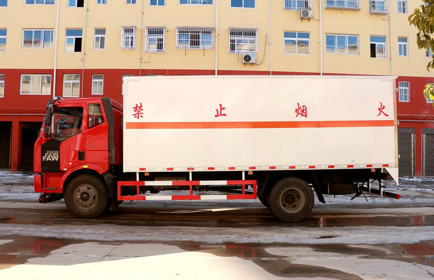 解放J6L易燃液体厢式运输车正侧