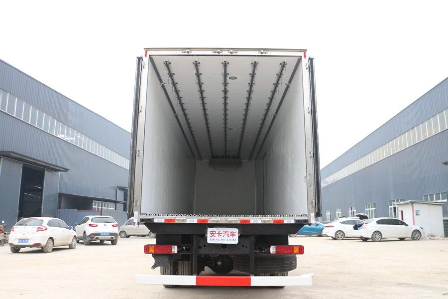 福田欧曼EST9.6米冷藏车厢体内图片