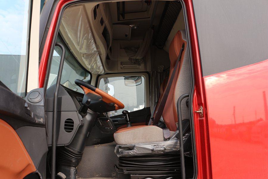 福田欧曼EST9.6米冷藏车主驾驶室图片