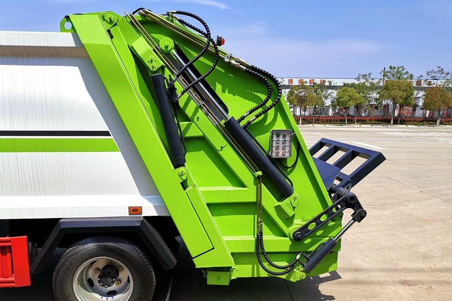 东风3吨压缩式垃圾车尾部图片