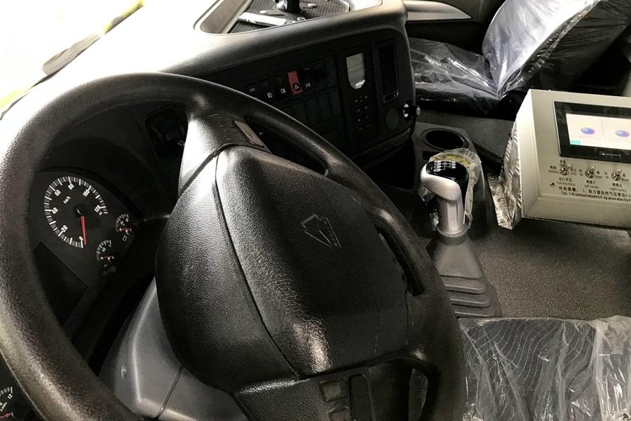 重汽前四后八同步碎石封层车驾驶室中控台图片