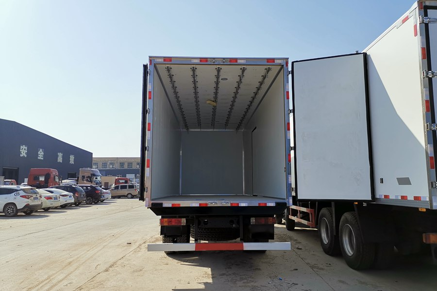 解放J6-6.8/7.5米冷藏车厢体肉钩图片