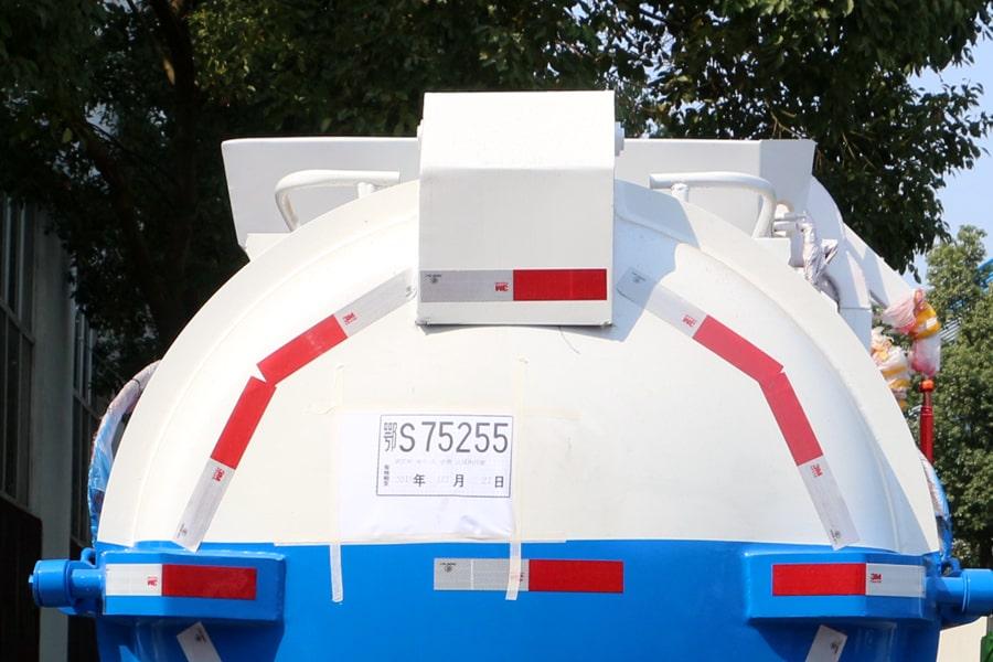 东风5方餐厨垃圾车后箱盖上部分图片