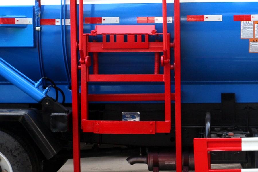 东风5方餐厨垃圾车挂桶装置图片