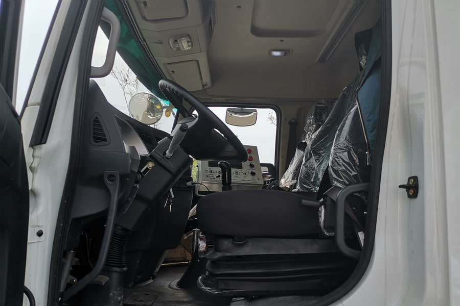 陕汽12吨沥青洒布车驾驶室整体结构图片