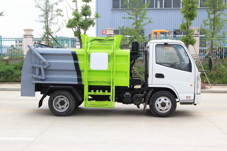 凯马3.5方餐厨垃圾车图片(车头向右正侧)