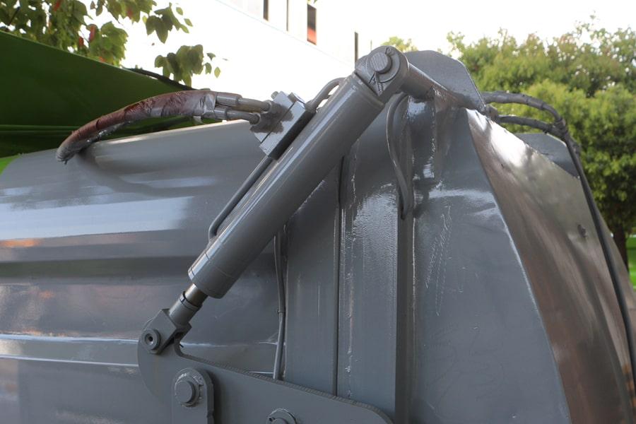 凯马3.5方餐厨垃圾车上方油缸图片