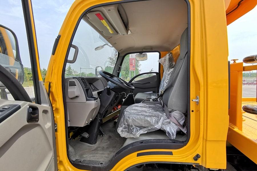 江铃凯锐5.6米平板清障车驾驶室图片