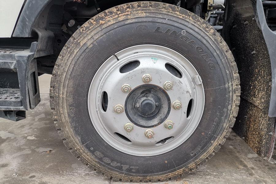 福田欧马可6方餐厨垃圾车轮胎图片