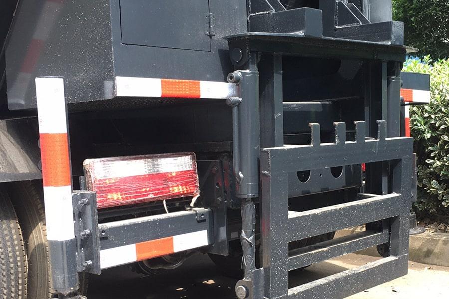 东风5方无泄漏压缩垃圾车挂桶装置图片