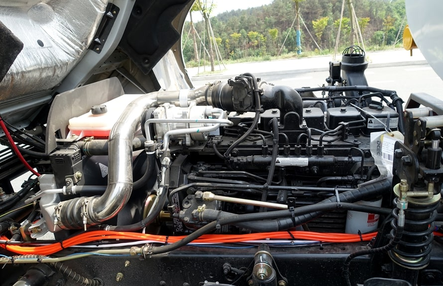 国六东风天锦分捡垃圾运输车底盘发动机图片