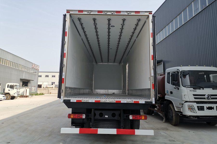 解放J6P9.6米冷藏车厢体内图片