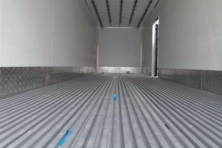 解放J6P9.6米冷藏车通风槽图片