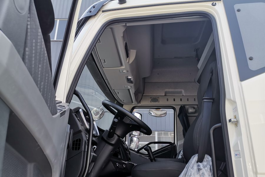 解放J6P9.6米冷藏车驾驶室图片