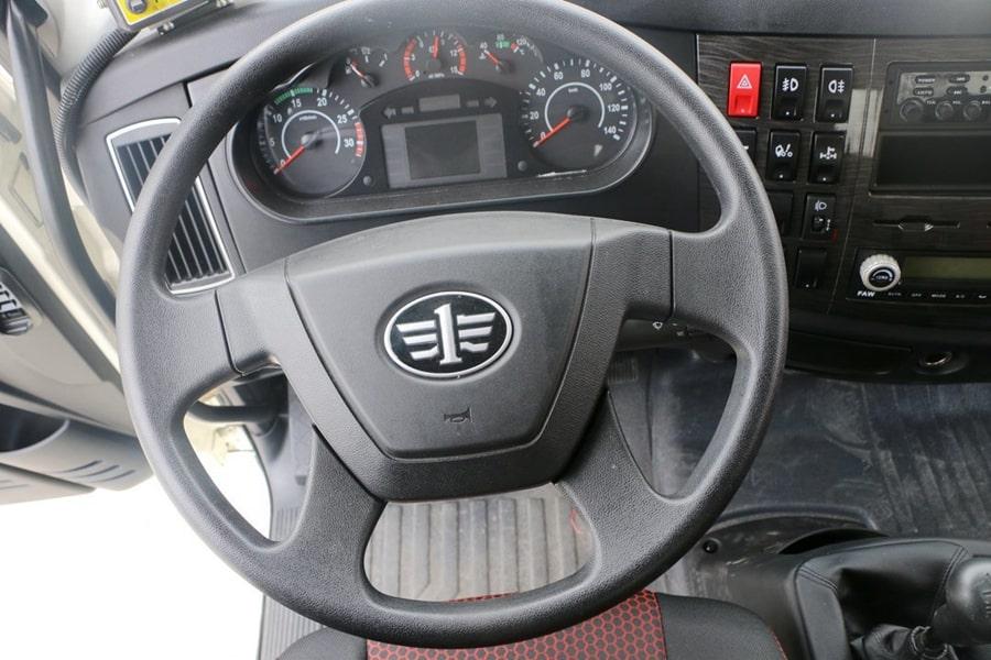 解放国六12立方沥青洒布车驾驶室中控图片