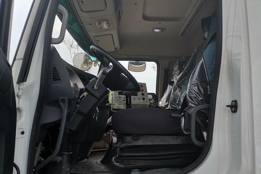 陕汽单桥同步碎石封层车驾驶室内饰图片