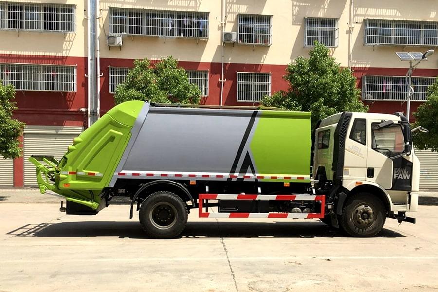 国六解放压缩垃圾车右侧图片