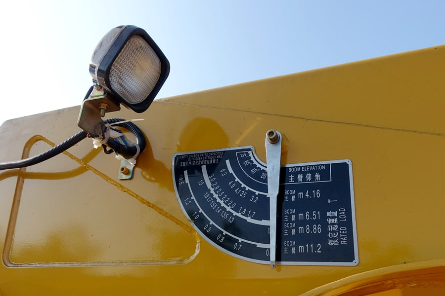 东风天锦带吊平板清障车吊机额定起重量指示牌图片