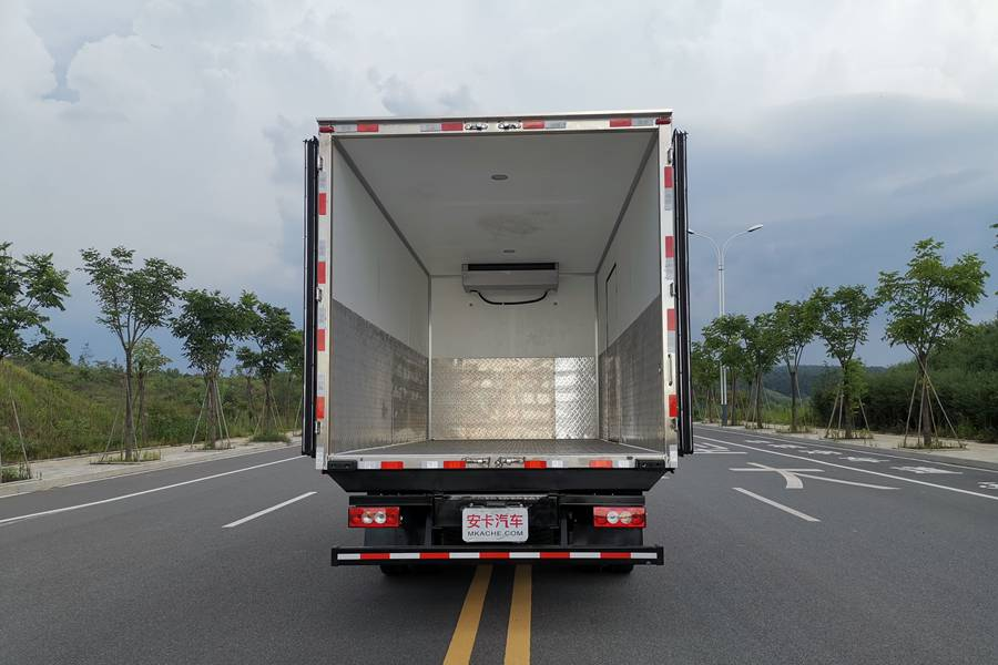 欧马可5.1/5.6/6米冷藏车厢内图片