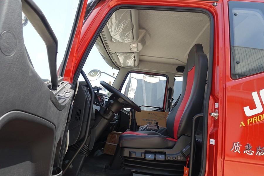 解放J6-6.8/7.5米冷藏车驾驶室内图片