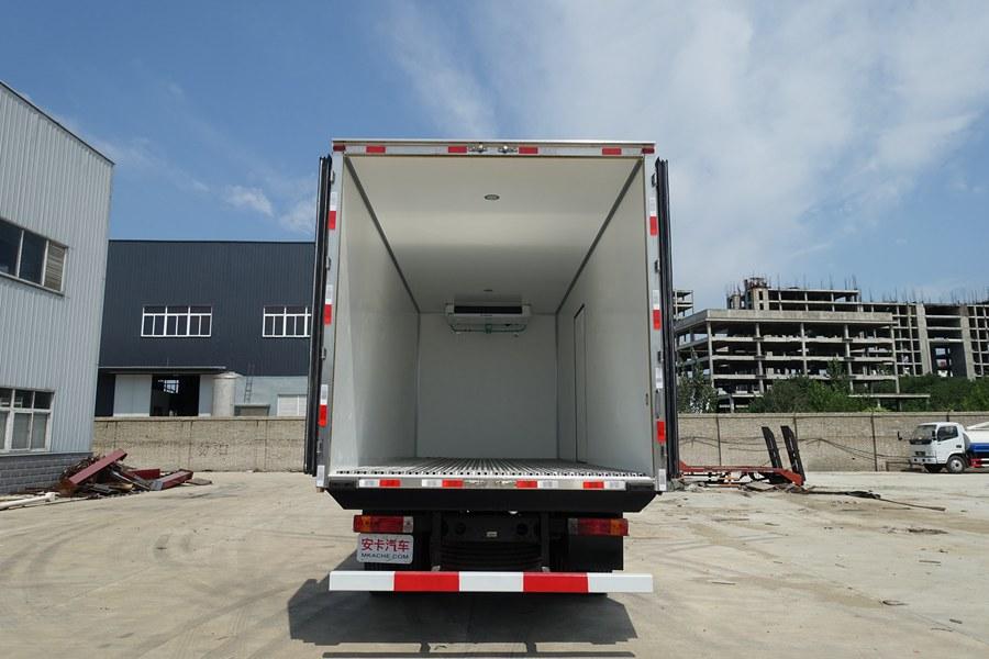 解放J6-6.8/7.5米冷藏车厢体内图片