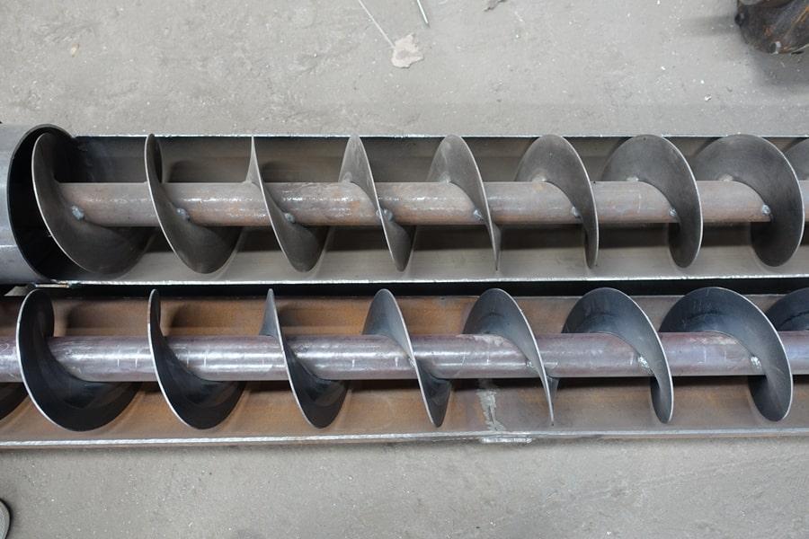 东风15吨散装饲料车绞龙内部
