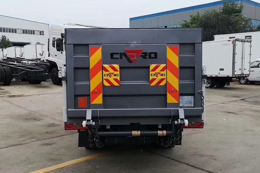 国六跃进桶装垃圾运输车后侧图片