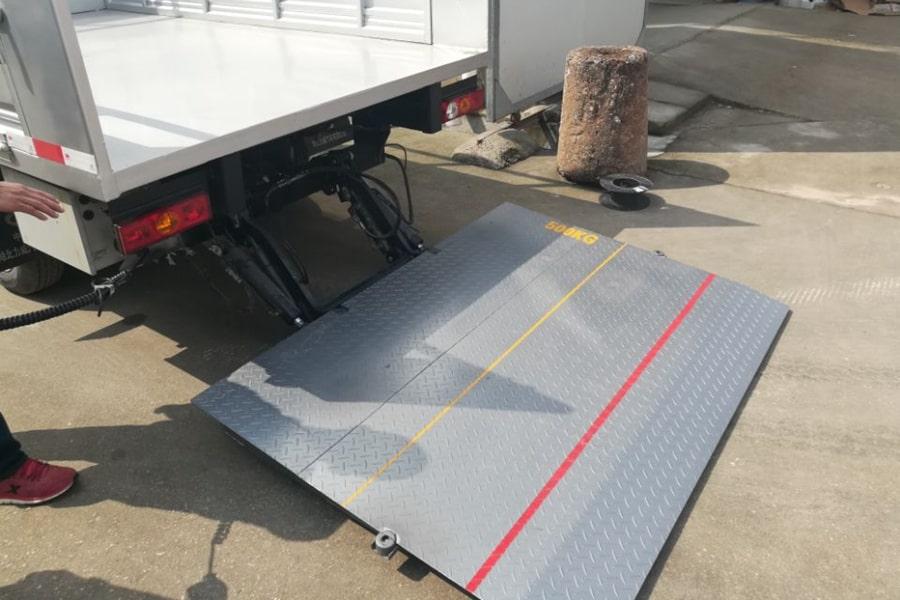 国六跃进桶装垃圾运输车尾板图片