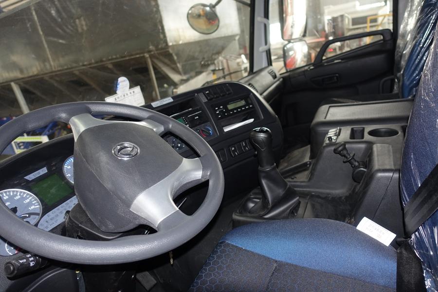 东风20吨散装饲料车驾驶室全貌1