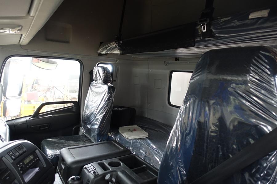 东风20吨散装饲料车驾驶室全貌2