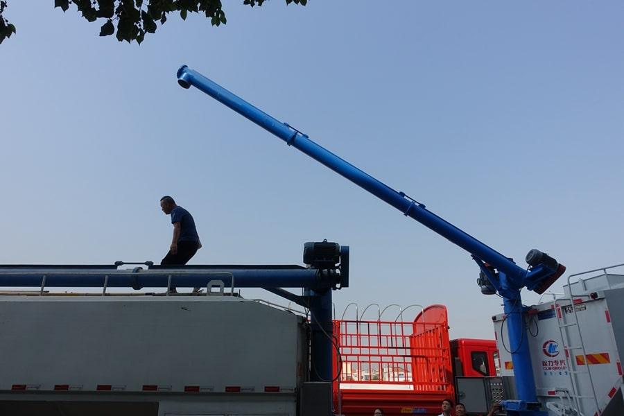 陕汽15吨散装饲料车绞龙工作
