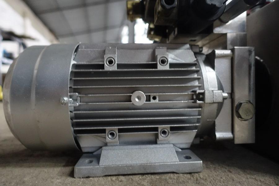 陕汽15吨散装饲料车液压油电机