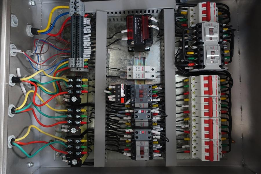 陕汽15吨散装饲料车控制电箱内部