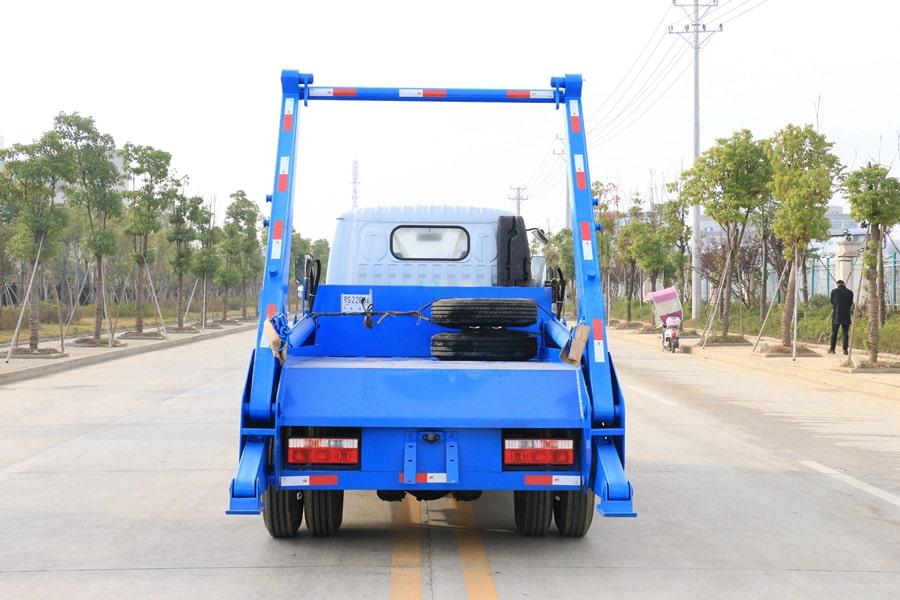 国六3吨摆臂垃圾车后侧图片