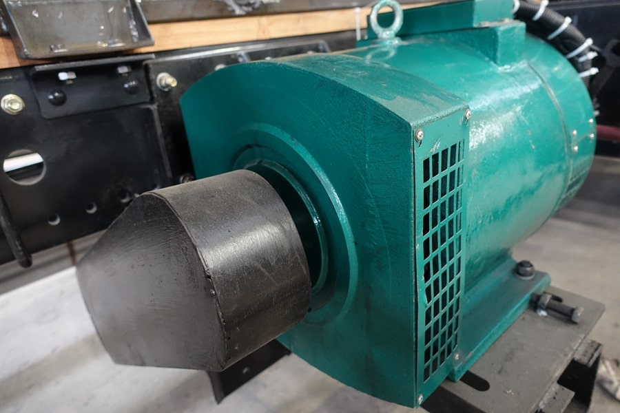 柳汽15吨散装饲料车发电机全貌