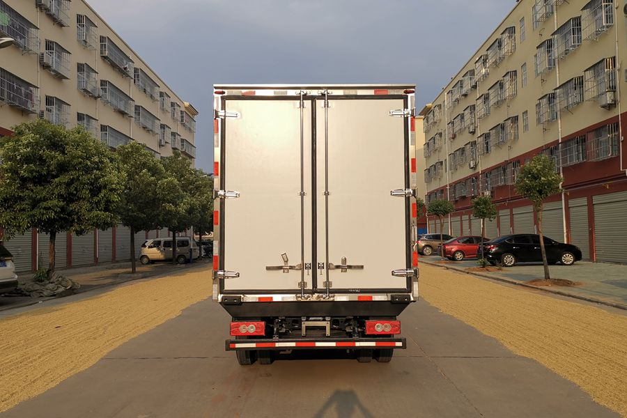 福田欧马可S3排半3.7米国六冷藏车正后图片