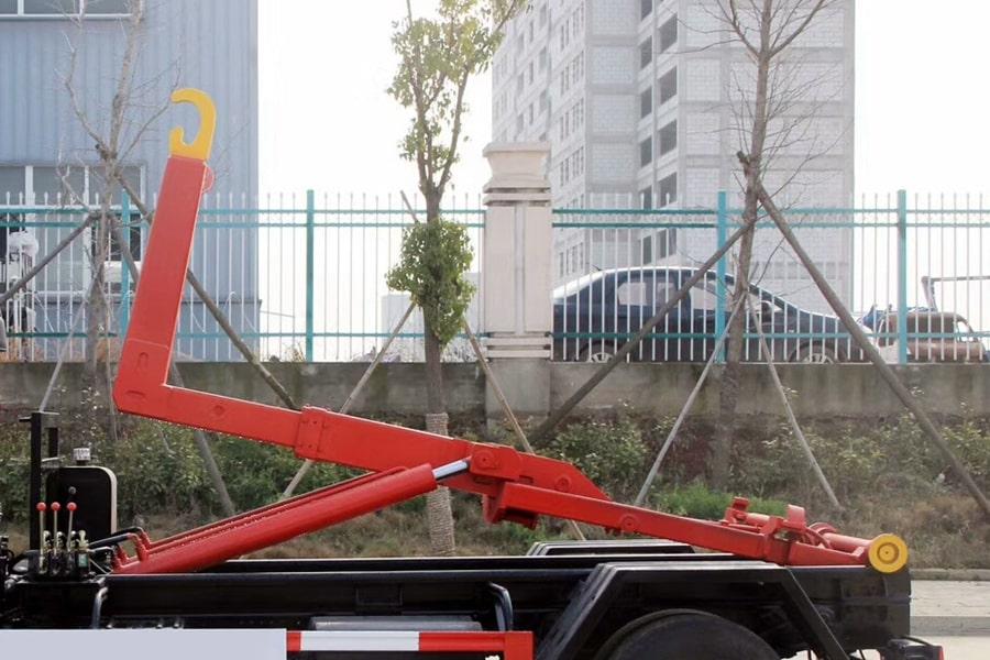东风小康勾臂式垃圾车左侧拉臂钩图片