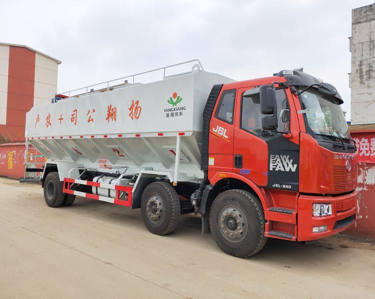 解放15吨散装饲料车右前侧45°视角