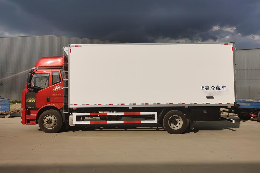 解放J6-6.8/7.5米高顶冷藏车正侧