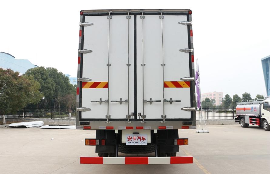 福田瑞沃6.8米冷藏车正后图片
