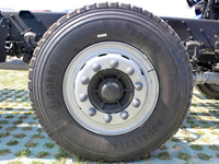 欧曼小三轴22吨油罐车轮胎图片