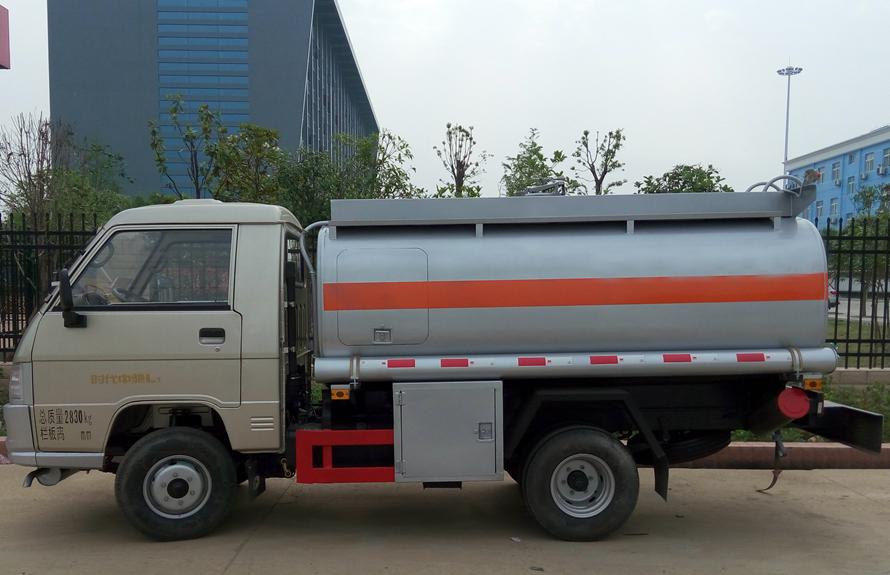 福田2吨油罐车正侧图片