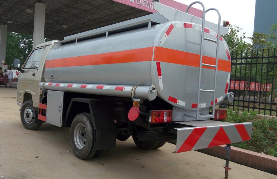 福田2吨油罐车后侧图片
