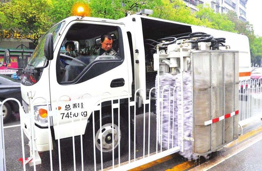 东风多利卡护栏清洗车工作图片(1)