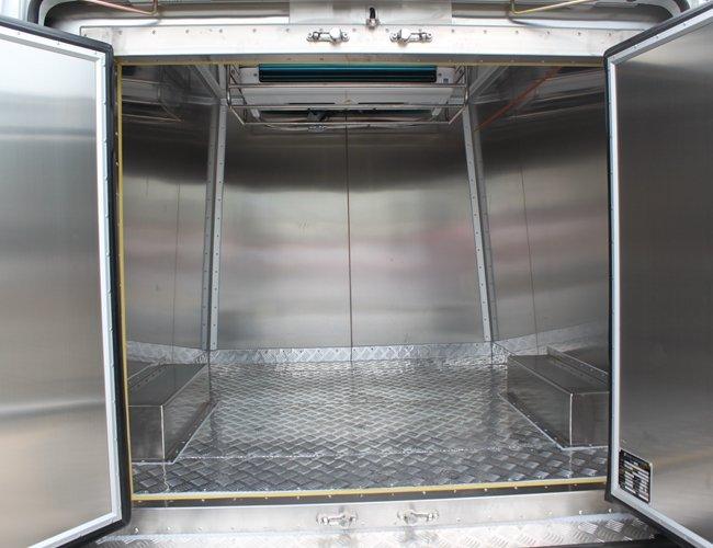 依维柯面包式冷藏车厢体内图片